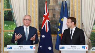 الرئيس الفرنسي إيمانويل ماكرون إلى جانب ضيفه رئيس الوزراء الأسترالي بقصر الإليزيه. 1027/07/08