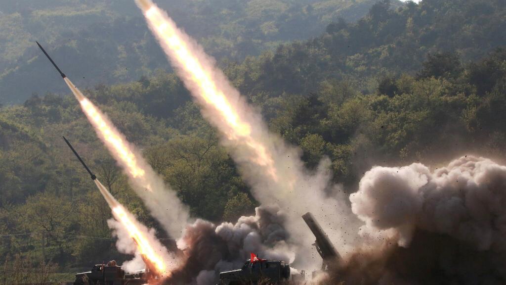 Los misiles son avistados durante un ejercicio militar en  Corea del Norte, este 9 de mayo de 2019.
