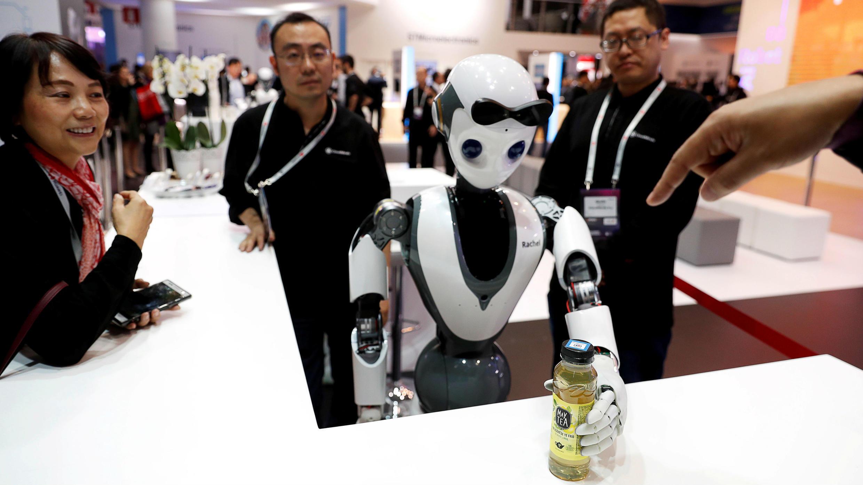 El robot CloudMinds XR-1 actúa para los visitantes durante la edición 2019 del Mobile World Congress en Barcelona, España.