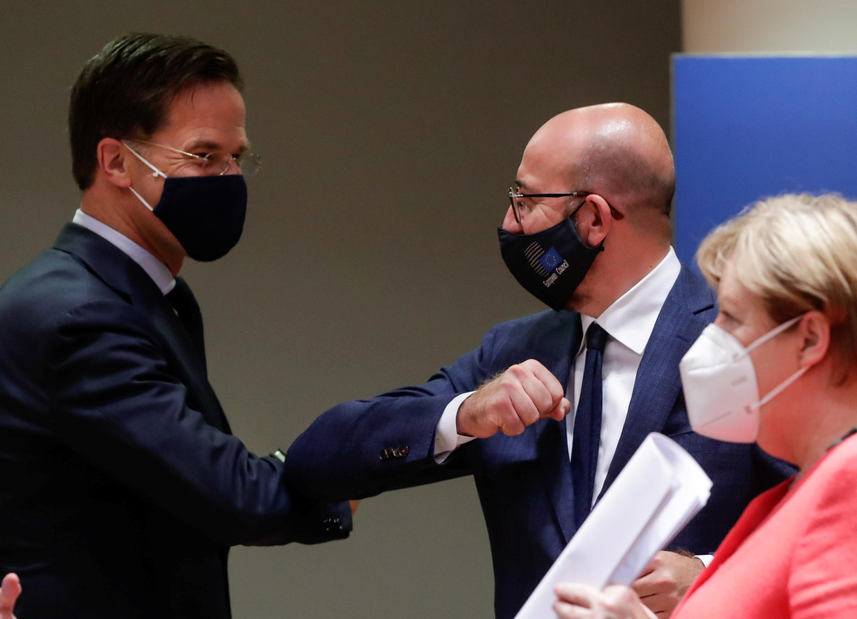 بدأت قمة قادة الاتحاد الأوروبي بابتسامات ولكن سرعان ما دخلت في مفاوضات متوترة.