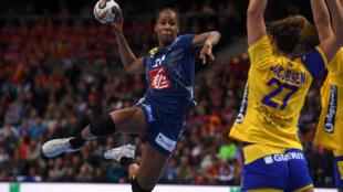 La handballeuse française Orlane Kanor tire face à la Suède, en demi-finale du mondial 2017, le 15 décembre 2017 à Hambourg.