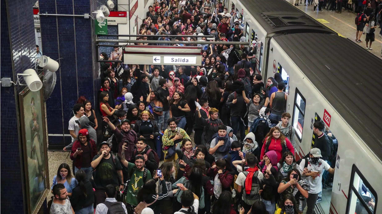 Decenas de personas se manifiestan en la estación del metro Los Héroes este viernes 18 de octubre de 2019, en Santiago, Chile.