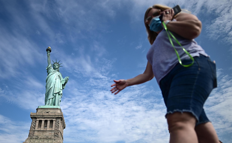 سيدة تضع الكمامة في أحد شوارع نيويورك.