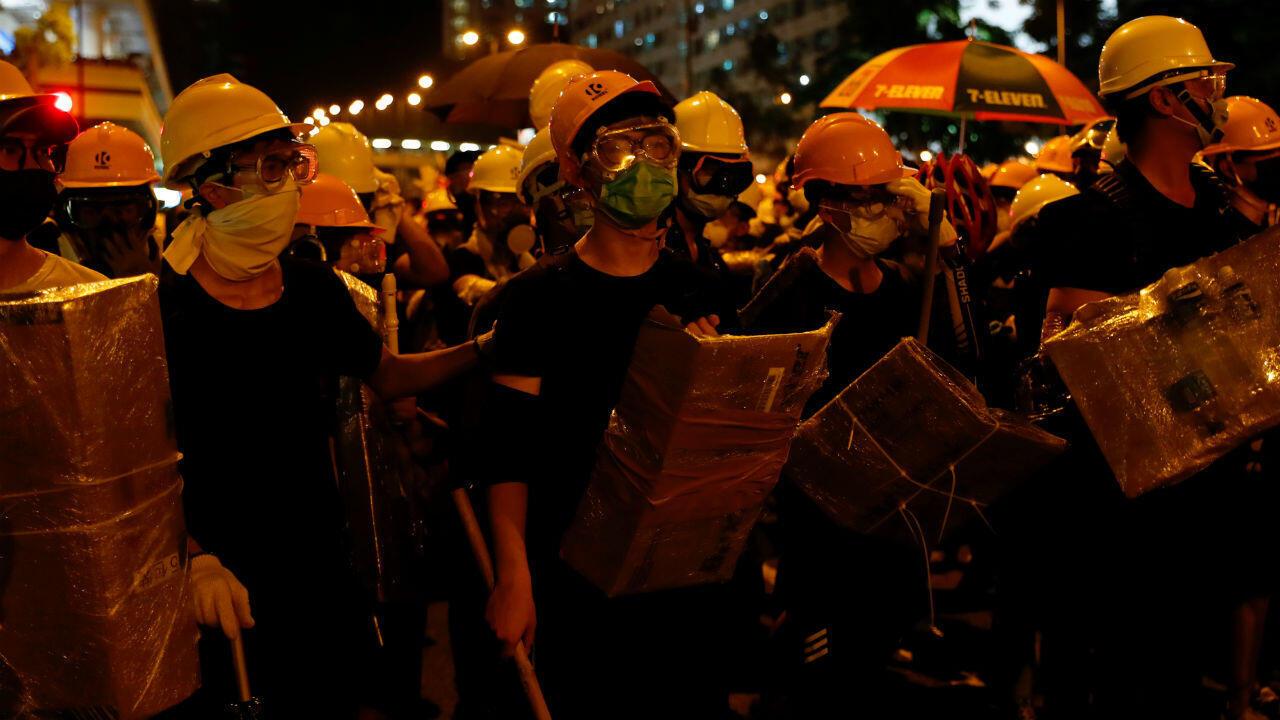 Manifestantes contra el proyecto de ley de extradición se enfrentan a la policía antidisturbios en el distrito de Sha Tin en los Nuevos Territorios del Este, Hong Kong, China, 14 de julio de 2019.