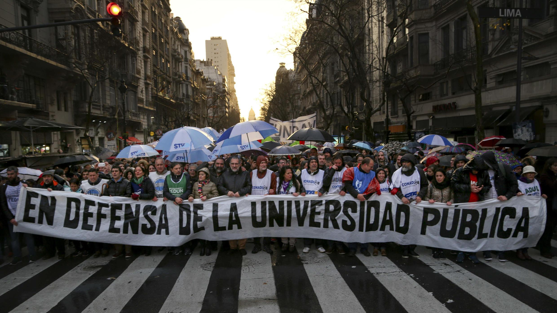 Manifestantes se movilizan en reclamo de aumento salarial y mejoras en la educación universitaria argentina en Buenos Aires, el 30 de agosto de 2018.