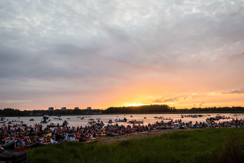 Organizatori norādīja, ka uz ūdens atrodas aptuveni 1500 cilvēku, bet vēl 3500 skatās no krasta.
