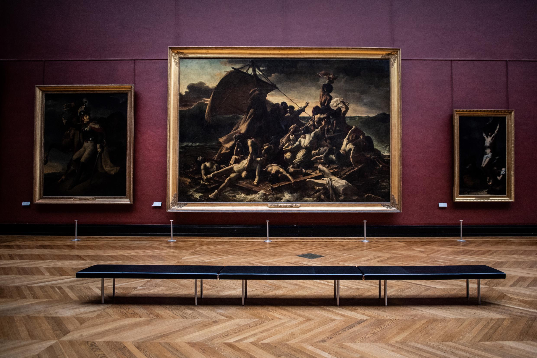 """Una fotografía tomada el 8 de enero de 2021 en el Museo del Louvre de París muestra """"La balsa de la Medusa"""", pintada por Theodore Gericault en la """"Sala Mollien"""", en momentos en que el Museo permanece cerrado debido a la situación sanitaria por la pandemia de coronavirus."""