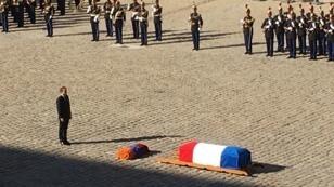 إيمانويل ماكرون أمام نعش أزنافور في ساحة الأنفاليد