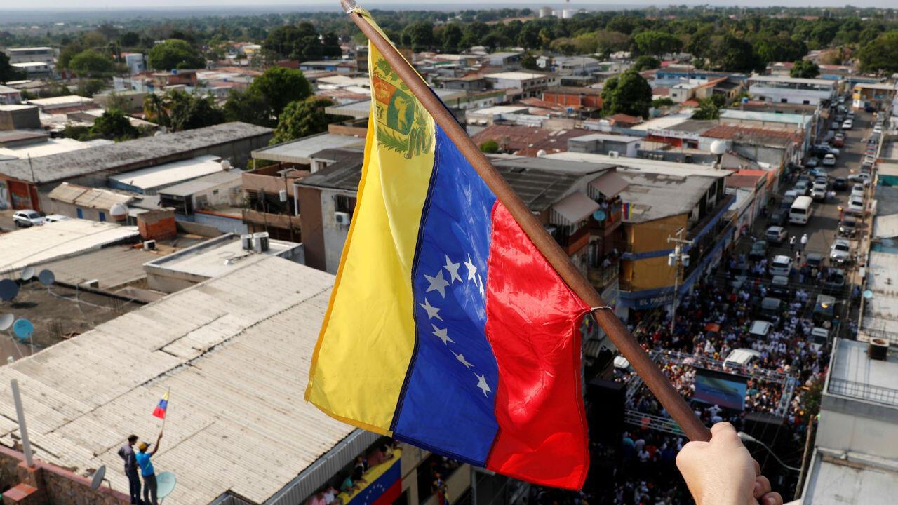 La bandera de Venezuela es ondeada por partidarios del líder opositor venezolano Juan Guaidó, quien pronunció un discurso este viernes 22 de marzo de 2019 en Anaco, Venezuela.