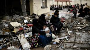 De nombreux habitants de Mossoul ont dû quitter leur domicile en raison des combats entre l'armée irakienne et l'organisation État islamique. Ici, une famille photographiée le 3 mars 2017.