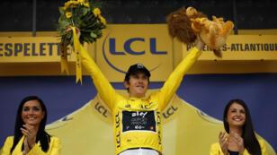 Geraint Thomas del equipo Sky celebra en el podio con su maillot amarillo de líder general en Espelette, Francia. 28 de julio de 2018.