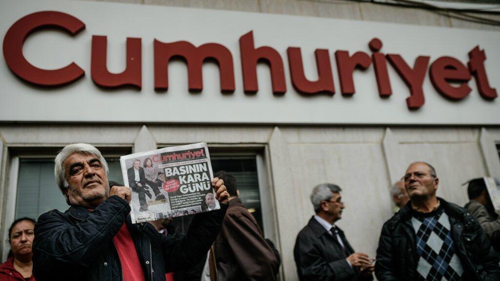 """رجل يحمل نسخة من صحيفة """"جمهورييت"""" 1 نوفمبر/تشرين الثاني 2017"""