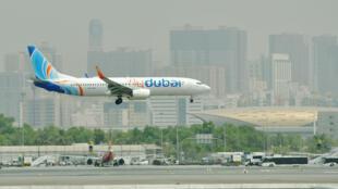 صورة من الارشيف لطائرة بوينغ 737-800 تابعة لشركة فلاي دبي تهبط في مطار دبي الدولي.