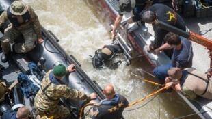 Un buzo mientras se preparaba para intentar bajar hasta la estructura del buque que naufragó en Budapest, Hungría, el 31 de mayo de 2019.