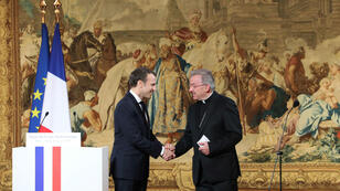 El presidente Emmanuel Macron saludó al nuncio apóstolico en Francia, monseñor Luigi Ventura, durante la ceremonia de saludos de Año Nuevo al cuerpo diplomático, el 4 de enero de 2018