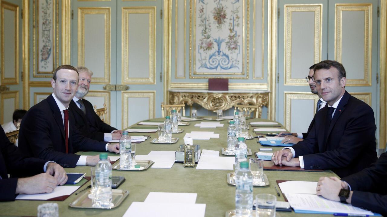 Le président Emmanuel Macron rencontre le fondateur de Facebook, Mark Zuckerberg, à l'Élysée le 10 mai 2019.