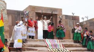Fotografía del 21 de enero del 2010. El presidente de Bolivia, Evo Morales, posa entre las ruinas arqueológicas de Tiahuanaco junto a varios sabios aimaras que lo ungieron como líder de los pueblos indígenas de Bolivia.