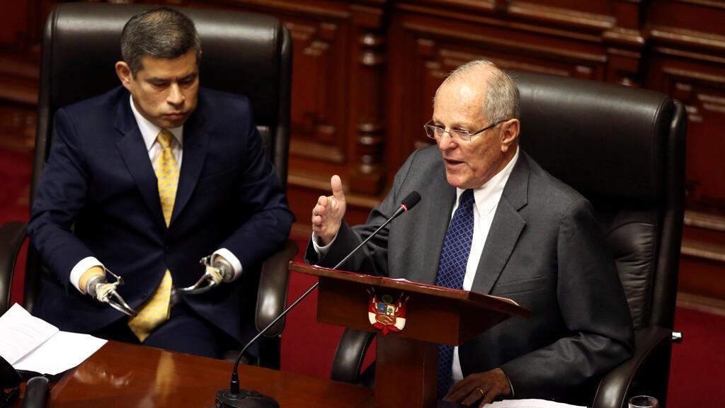 El presidente de Perú, Pedro Pablo Kuczynski (R), se dirige a los legisladores del Congreso gobernado por la oposición junto al presidente del Congreso, Luis Galarreta, en Lima, Perú, el 21 de diciembre de 2017.