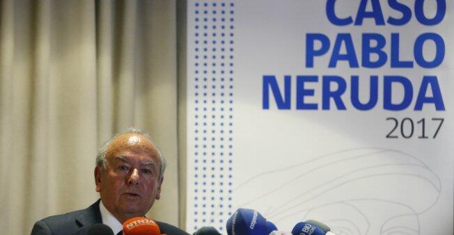 El sobrino del poeta Pablo Neruda y abogado querellante en la causa, Rodolfo Reyes, habla durante una rueda de prensa el viernes 20 de octubre de 2017, en Santiago de Chile.