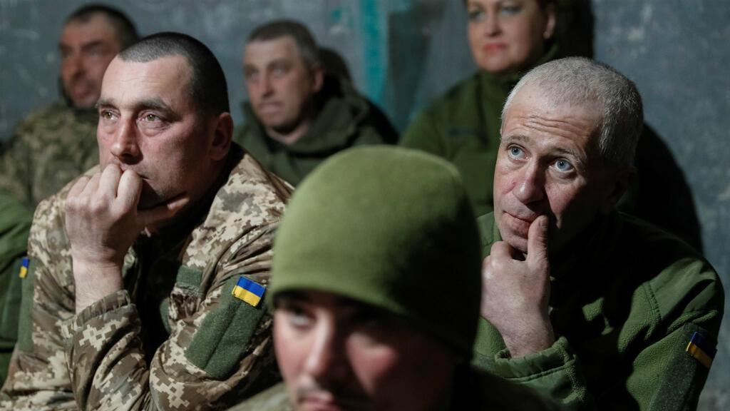 Miembros del ejército ucrainés miran el debate entre Poroshenko y Zelenski en la base militar de Svitlodarsk, cerca de la frontera con Rusia