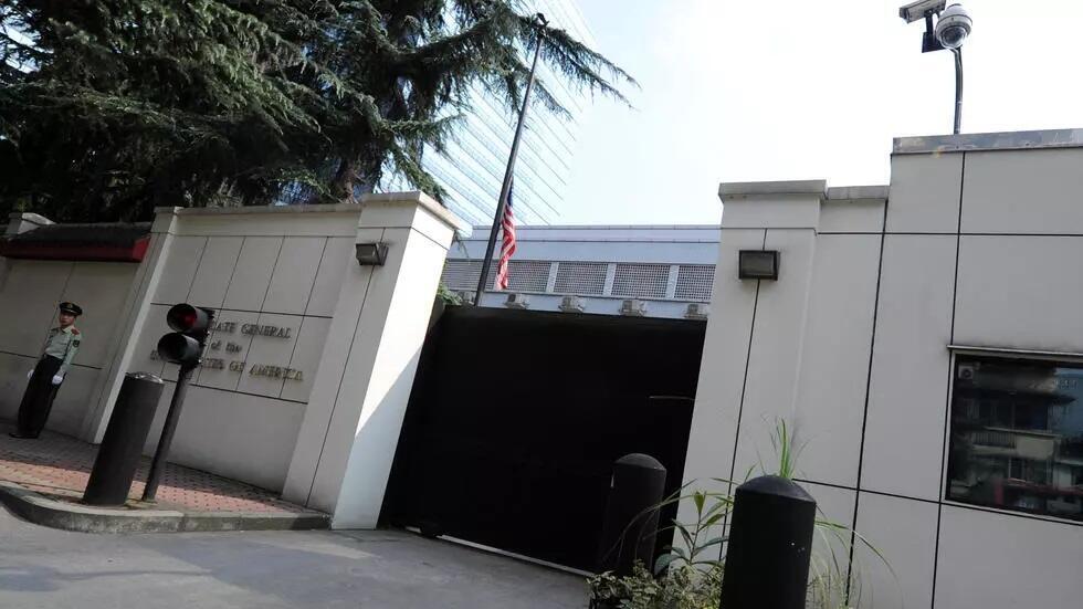 صورة من أرشيف 17 أيلول/سبتمبر 2012 للقنصلية الأمريكية في شينغدو وأمامها شرطي صيني