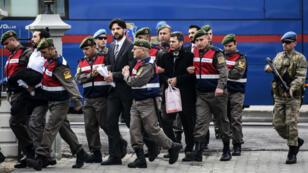 الأمن التركي يقتاد بعض المشتبه بضلوعهم في الانقلاب ضد أردوغان إلى المحكمة في شباط/فبراير الماضي