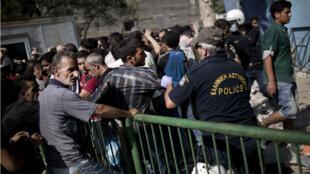 Police et déplacés se sont affrontés dans la soirée à Lesbos, le 5 septembre 2015.
