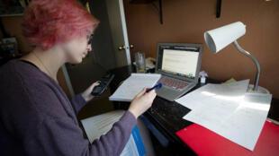 Une étudiante de l'université George Washington effectue ses partiels depuis la Californie, le 5 mai 2020.