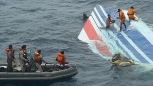 Parte del ala del avión siniestrado en el Atlántico que cubría la ruta Río - París, el 1 de junio de 2009.