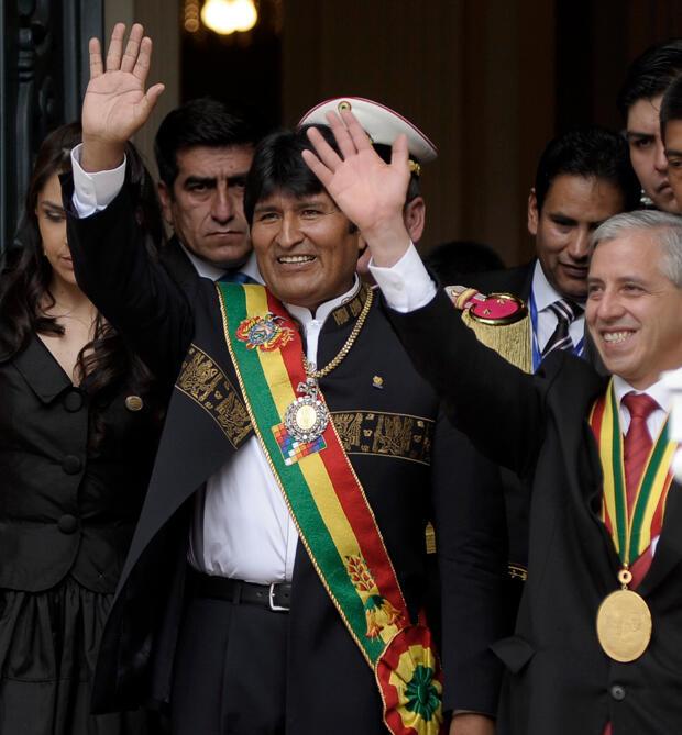 Fotografía del 22 de enero del 2010. El presidente Evo Morales, y el vicepresidente Álvaro García Linera, saludan a sus seguidores a las puertas del Palacio de Gobierno de La Paz, tras ser investido el gobernante en el Congreso para su segundo mandato.