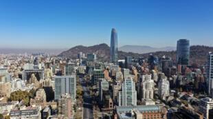 Vista aérea de una desierta Santiago de Chile debido a la cuarentena impuesta contra la propagación de la COVID-19, el 16 de mayo de 2020