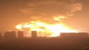 Des vidéos postées sur le réseau social chinois Weibo, mercredi 12 août, montrent une énorme boule de feu s'élevant dans le ciel.