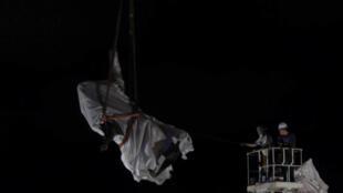 Capture vidéo de le descente de la statue de Christophe Colomb vendredi 24 juillet 2020, dans le parc Grant de Chicago