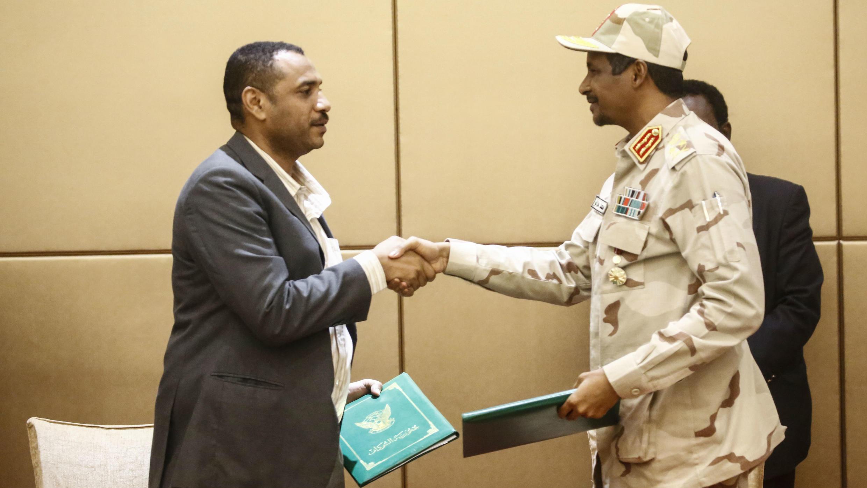 El general Mohamed Hamdan Daglo, vicepresidente del Consejo Militar de Transición y el representante de la oposición, Ahmed Rabea, tras la firma preliminar de la declaración constitucional. 4 de agosto de 2019.