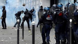 اشتباكات بين متظاهرين ورجال الشرطة حلال مظاهرة بباريس في 14/06/2016