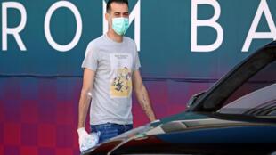 لاعب برشلونة سيرجيو بوسكتس يرتدي الكمامة والقفازات خارج مدينة جوان غامبر الرياضية قرب برشلونة في 6 أيار/مايو 2020