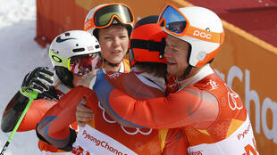 El equipo noruego de esquí celebra su medalla de bronce en los juegos de Pyeongchang 2018, el 24 de febrero de 2018.