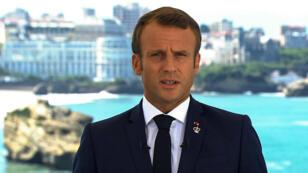 Folleto, TF1, AFP | Esta imagen tomada del metraje del canal de televisión francés TF1 muestra al presidente francés Emmanuel Macron dando un discurso en Biarritz, Francia, el 24 de agosto de 2019, el primer día de la Cumbre anual del G7.