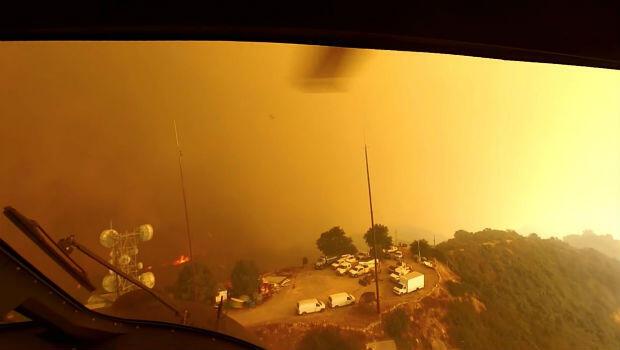 Foto tomada desde un helicóptero, cuando pilotos buscaban un lugar para aterrizaje enmedio de un rescate, durante el incendio de Woolsey, Malibú, California. La imagen fue publicada en redes sociales el 9 de noviembre de 2018.