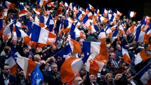 Les supporters du Front national rassemblés pour un meeting à Bézier en région Midi-Pyrénées-Languedoc-Roussillon, le 9 décembre 2015.
