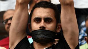 Un manifestant proteste contre la condamnation de l'ex-président du syndicat des journalistes égyptiens, en mars dernier.