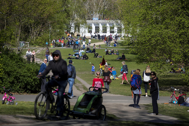 ألمان يتنزهون في حديقة برلين الأحد 19 أبريل 2020