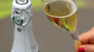 Pendant la crise sanitairtes, des maisons de champagne ont lancé des dégustations connectées pour rester en contact avec leur client