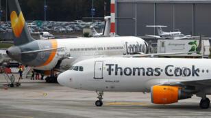 Un Airbus A320 de Thomas Cook Airlines pasa junto a un Boeing 757-300 de Condor Airlines después de aterrizar en el Aeropuerto de Duesseldorf, Alemania, el 23 de septiembre de 2019.