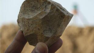 صورة للأدوات الصخرية المصقولة التي تم العثور عليها في موقع عين الحنش