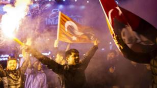 Des supporters du parti d'oppositionCHP célèbrent leur victoire aux élections municipales à Ankara en Turquie, le 31mars2019.