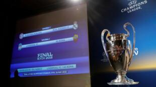 Vista general del trofeo de la UEFA Champions League o Liga de Campeones de Europa, durante el sorteo de las semifinales de la edición 2017-2018 en Nyon, Suiza.