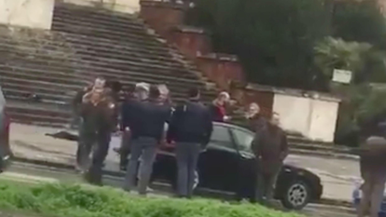 Gente se reúne en el lugar donde un tirador fue arrestado en Macerata, Italia el 3 de febrero de 2018 en esta imagen fija obtenida del video de las redes sociales.