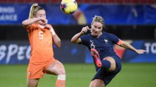 La capitaine des Bleues Amandine Henry à la lutte avec la Néerlandaise Kika Van Es, lors du Tournoi de France à Valenciennes, le 10 mars 2020