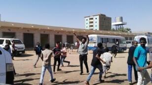 متظاهرون في الخرطوم بتاريخ 13 يناير/كانون الثاني 2019